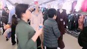 实拍河北省沧州献县,春节人最多的商场,楼道里都坐满了人