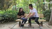 小情侣在公园约会!女生突然肚子疼!没想到男生竟做出这举动