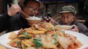 """川菜代表""""粑粑回锅肉""""教程,搭配蒜苗,香气扑鼻,好吃下饭"""