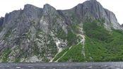 山峰俊朗险峻,湖水泛起微波,茂盛的植被