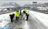 [朝闻天下]湖北孝感 道路结冰 2000多车辆滞留
