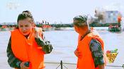 部队在江面上搭建浮桥,现场被炮火覆盖,女记者也是第一次见到