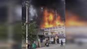 宁波慈溪突发一起火灾,火势凶猛浓烟滚滚,附近还有一座加油站
