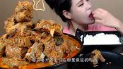 """美女极限挑战:""""超大""""碗面+糖醋肉,一顿饭顶正常人3天的!"""