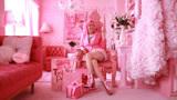 """美国版""""粉红女郎"""",54岁大妈痴迷粉色三十年,喝的都是粉色的"""