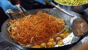 泰国这家小吃店,一份小吃20块钱,食客:排队的人有30多米长