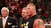 WWE: 布洛克莱斯纳居然欺负老人,惹怒约翰塞纳!上台一顿爆揍!