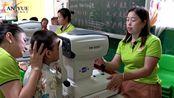 龙台眼镜店给小朋友们检查视力