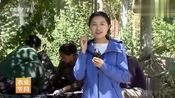 看这里的农民摘桑葚的手法,记者:我是第一次见这样摘桑葚的!