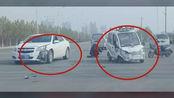 临颍:狗市红绿灯处发生一起交通事故,电动四轮车轱辘都被撞掉了