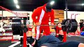 布莱恩·肖与小力王练卧推,500磅轻松推5个,这力量太强了!