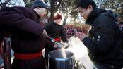 腊八节!北京雍和宫腊八节舍粥 数千人排队喝粥祈福