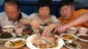 韩国农村家庭的一顿饭,妈妈今天做了鱼肉,感觉胖儿子没吃饱