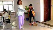 女孩私自拿走一盆花,保洁阿姨不让拿,谁知第2天保洁阿姨升职了