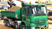 运行中的RC卡车 施工设备RC MB Arocs拖车在山上停放