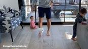 被篮球耽误的足球员?因疫情关系许多球员在家发起运动挑战—用脚颠卷纸挑战,纳什今天也在家大秀脚法,大家觉得水平如何?