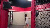 疫情肆虐期间,带孩子来UFC的八角笼里体验一下,会是下个张伟丽吗?