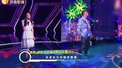 郑恺身穿炫彩服,和苗苗同台搭档串烧歌曲,居然很甜很(娱乐)美