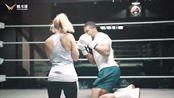 拳击手安东尼·约书亚陪练脑瘫女拳手,谁曾想被女拳手一拳干倒!