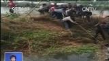 [视频]山东德州:伸出援手!轿车落水5人被困