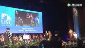 毕业典礼上 小姐姐和她的导盲犬一起上台领毕业证书!