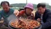 韩国农村家庭的一顿饭妈妈今天做烤猪肉吃,爸爸和儿子太能吃了