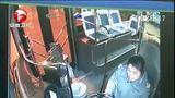[超级新闻场]江西赣州:男子打的追公交车 上车就揍女司机