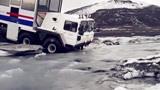 惊险!80吨货车深陷冰河,千钧一发之际,司机决定赌一把
