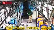 四川达州:女子下公交车突然晕倒,司机忙打120,掐人中施救