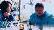 记者问韩红基金会没钱了怎么办?她说带着人去长城捡垃圾!