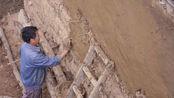 山村大叔脚踩泥巴涂墙,患静脉曲张一年要住两次院,为啥还坚守