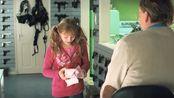 海扁王,帅哥给小女孩一个礼物,竟然是一把蝴蝶刀