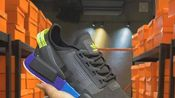 Adidas NMD R-1 V2街头风经典百搭跑步鞋。以鞋型、角度和面料,力求展现 adidas创新传统,采用时髦廓形,以抢眼外形诠释经典细节,为鞋款注入活力