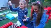 吉赛尔和克劳迪娅玩食物卡车玩具!!宝宝乐园囧事