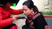 四川彝族姑娘出嫁,在路边穿衣打扮,新娘感觉才大学毕业