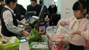 泡泡去逛超市,准备班里安排要买的零食,买了些什么乱七八糟滴?