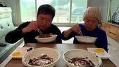 《韩国农村美食》胖墩母子吃午饭,母子二人吃早饭,儿子一人吃3盆