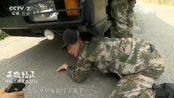 汽车兵下陡坡之前检查车辆,把所有隐患全排除!