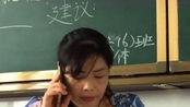 毕业在黑板上写请假条,竟然被老师无视,大概是个假老师吧!
