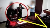男子法庭之上感到不公,拿起椅凳就砸律师,幸好法官跑的够快!