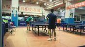 王博与绿衣小哥打乒乓球