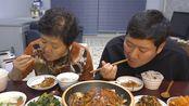 老头今天有事外出了,妈妈给兴森做了一锅香辣带鱼,看着就好吃