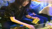 KTV里的女神小姐姐,从摇骰子的动作就能看出经常来玩!