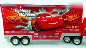 给新玩具粘贴纸,赛车们跑来在货车车厢上玩耍认色彩