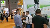 上海展会上带俄罗斯客户参观产品
