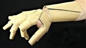 牛人用硬纸板制作机械手套,戴在手上帅呆了,孩子们看的双眼冒光!