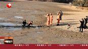 """浙江衢州:村民意外陷泥潭 消防员""""搭浮桥""""助其脱困"""