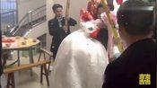 江西赣州兴国县农村结婚视频:新郎高高兴兴抱新娘子回家啦