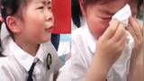 """女童在幼儿园毕业典礼上哭得撕心裂肺 与同学""""神对话""""让网友哭笑不得"""