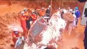福建龙岩山体滑坡,车辆道路被泥浆淹没,消防武警紧急救援